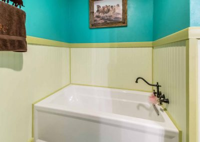 1400 Bayou Drive - Bath w tub