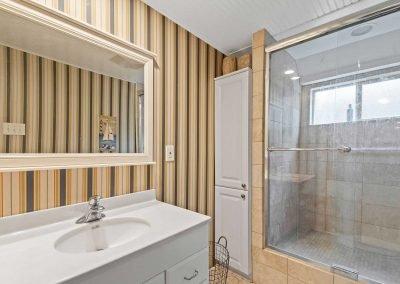 Catch n Relax - Bathroom w walk-in shower