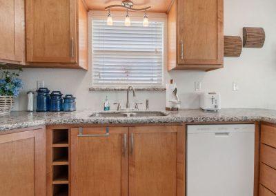 East Bay Breeze - Kitchen w dishwasher