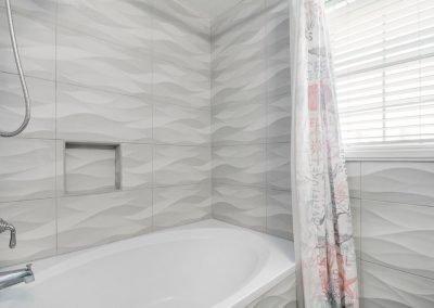 Christal's Castaway - Tiled Shower w Tub
